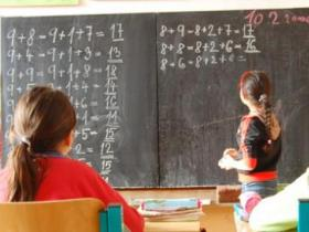 CZ Romani girl solving math problem in special school